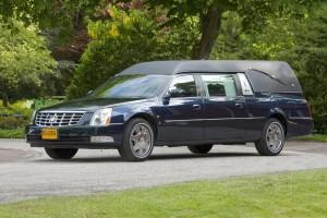 Blauwe rouwauto Cadillac