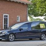Blauwe rouwauto Mercedes